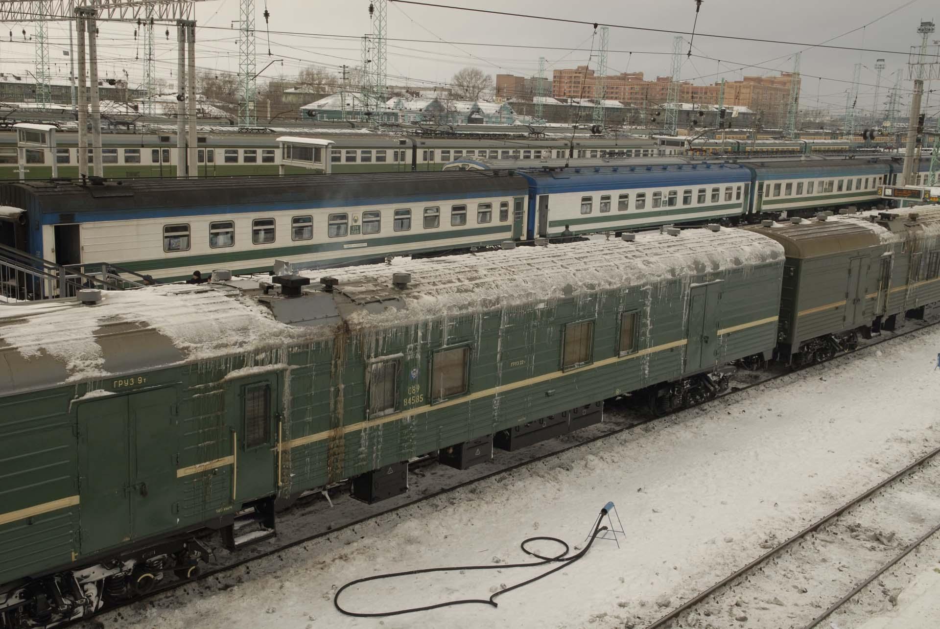 Eisenbahnwagons wie kaputte Eisschränke